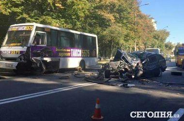 В Киеве водитель полностью разбил свою машину, протаранив маршрутку