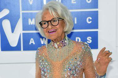 88-летняя звезда соцсетей пришла на церемонию  MTV в прозрачном наряде