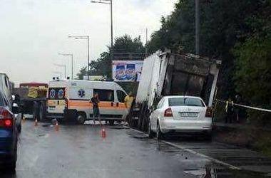 В Киеве грузовик протаранил мусоровоз