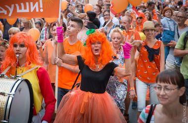 """В Одессе прошел """"рыжий"""" фестиваль: красотки, клоуны и рок-концерт"""