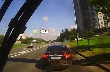 """Видеохит: автоледи разбила свой """"Ягуар"""", чтобы отомстить маршрутчику"""