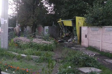 В Харькове пьяный водитель врезался в гараж, машина загорелась