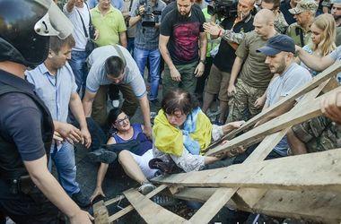 В Одессе с потасовками и пожаром снесли палаточный городок