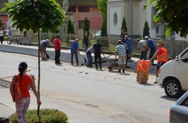 В закарпатском селе жители сами отремонтировали все дороги