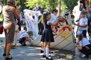 """В Одессу """"приплыл"""" гигантский бумажный кораблик"""