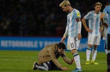 Болельщик выбежал на поле поцеловать ноги Лео Месси
