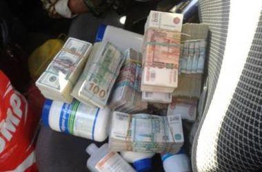 На Донбассе задержали набитую миллионами иномарку