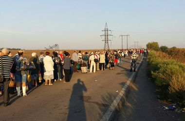 На Донбассе люди стоят в огромных очередях на блокпостах