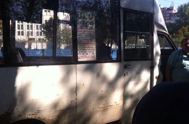 В Киеве из маршрутки на ходу выпала девушка