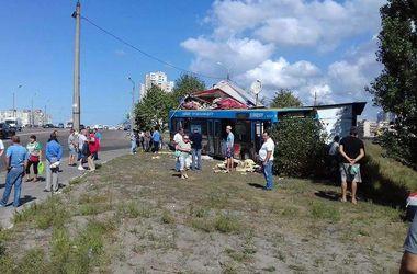 В Киеве автобус с пассажирами вылетел с дороги и протаранил МАФ