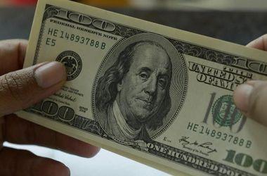 Черный рынок в Украине снизил курс доллара
