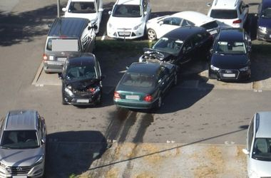 Старушка раскурочила 15 автомобилей на парковке. Фото: znaj.ua