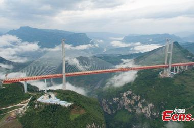 В Китае завершили строительство самого высокого навесного моста в мире