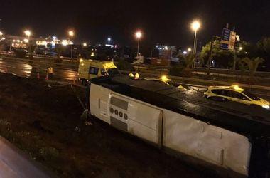 В Барселоне перевернулся автобус с туристами: пострадали 24 человека