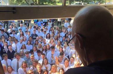 Сотни студентов собрались у дома больного раком учителя, чтобы спеть ему песню