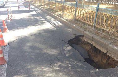 В центре Киева провалился асфальт из-за аварии на инженерных сетях