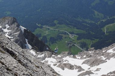 В Австрии пилот мотопланера врезался в канатную дорогу
