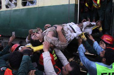 В Пакистане столкнулись поезда: жуткие кадры с места трагедии