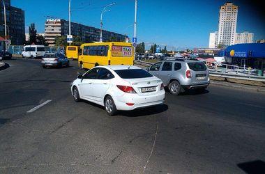 В Киеве бабушка-нарушитель упала под авто и сломала ногу