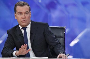 """Медведев: Правительство РФ """"с трудом изыскивает"""" деньги на строительство моста в Крым"""