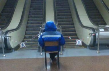 """В киевском метро раскрыли тайну женщины на стульчике на станции """"Дорогожичи"""""""