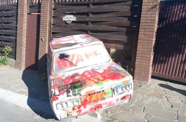 В Киеве пьяный водитель сбил 15-летнюю девочку и въехал в забор