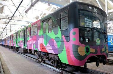 На рельсы киевского метро выходит яркий поезд-мурал