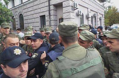 Столкновения под посольством РФ в Киеве: все подробности