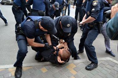 В сети появилось видео потасовки возле Генконсульства РФ в Одессе