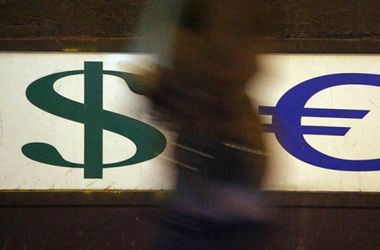 Курс доллара стремительно падает в обменниках Украины