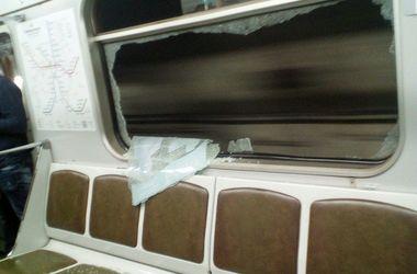 В киевском метро вандалы разбили окно в вагоне