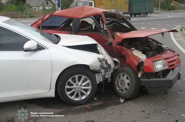 На трассе Киев-Чоп столкнулись три авто: пострадал годовалый ребенок