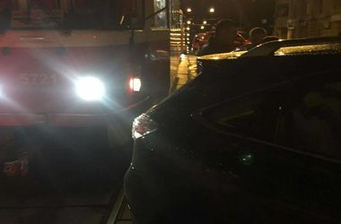 В Киеве заботливый отец на Lexus на 40 минут заблокировал движение трамваев