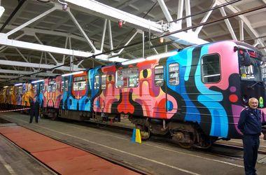 В Киеве пассажиров метро будет встречать очередной поезд-мурал