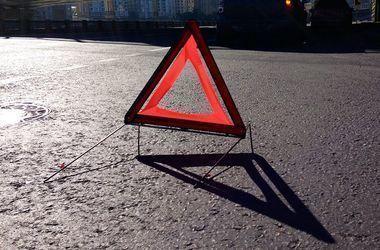 """Смертельное ДТП во Львовской области: """"Мерседес"""" слетел в кювет и врезался в дерево"""