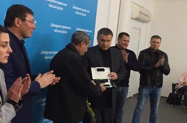 Аваков наградил пистолетом водителя, который пытался остановить убийцу патрульных в Днепре