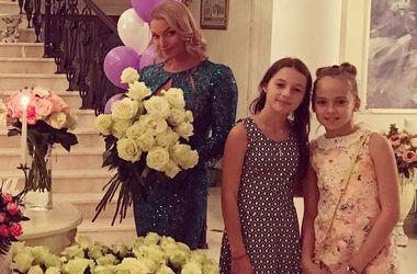Цветы, душевая кабина и звонок от Баскова: Волочкова пышно отпраздновала день рождения дочери