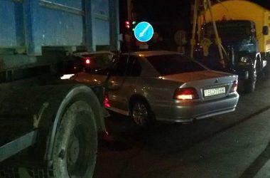В Киеве на Братиславской не разминулись два грузовика и легковушка