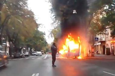 В Одессе посреди дороги пылала маршрутка