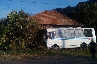 На Закарпатье слетел с дороги автобус с 30-пассажирами