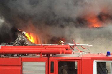 Под Киевом загорелся склад: часть здания уничтожена, обвалилась стена