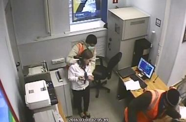В России банда грабила аптеки и банки с пистолетом-зажигалкой и дохлой вороной