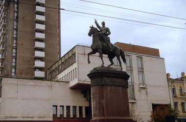 Скандал вокруг памятника Щорсу:  в ОУН грозят снести памятник на Покров, а местные жители требуют оставить монумент в покое