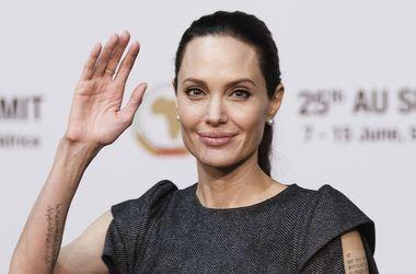 """Анджелина Джоли намерена """"уничтожить"""" Брэда Питта - СМИ"""