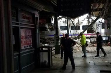 Поезд с пассажирами врезался в платформу в пригороде Нью-Йорка