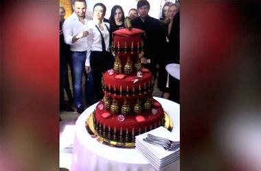 Соцсети шокировал кровавый торт, украшенный боеприпасами, на дне рождения жены замминистра обороны РФ