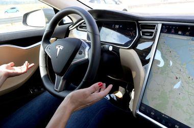 Электрокар Tesla врезался в автобус