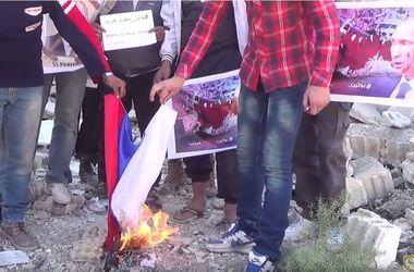 """""""Путин убивает наших детей"""": В Сирии сожгли флаг России"""
