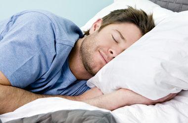 Медики рассказали, на каком боку лучше спать