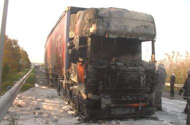 В Харькове на ходу загорелась фура